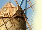 Le Plateau d'Ally, moulins et éoliennes